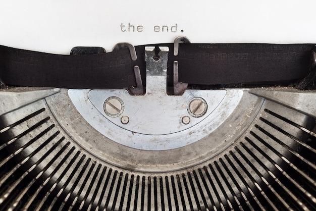 Le mot de fin tapé sur une machine à écrire vintage Photo Premium
