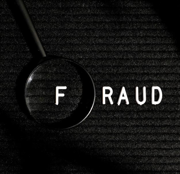 Mot De Fraude Avec Lettre Dans Une Vue De Dessus De Loupe Photo gratuit