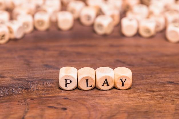 Le mot joue sur des cubes en bois Photo gratuit