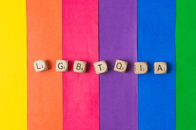 Mot lgbtqia de cubes et drapeau gay Photo gratuit