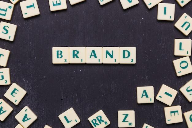 Mot de marque fait avec des lettres au scrabble Photo gratuit