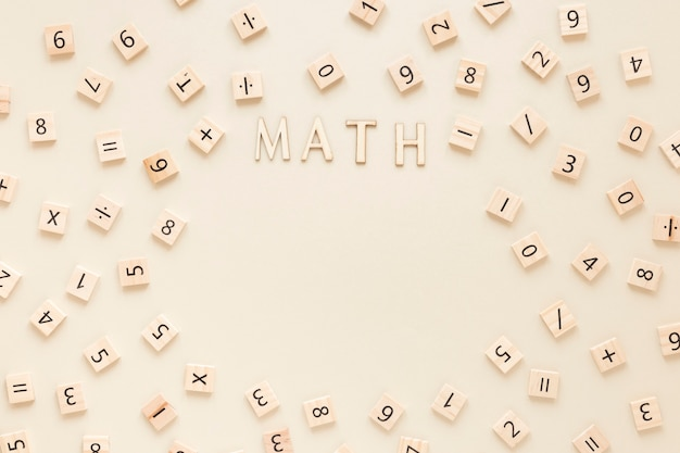 Mot De Mathématiques Avec Des Lettres Et Des Chiffres Sur Les Planches De Scrabble Photo gratuit