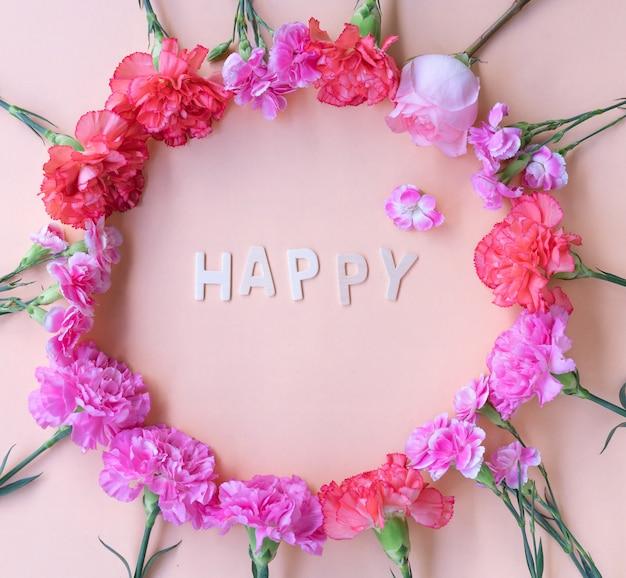 Mot Minimal En Bois D'inspiration Heureuse Poser Avec Cadre De Fleurs Fraîches Photo Premium