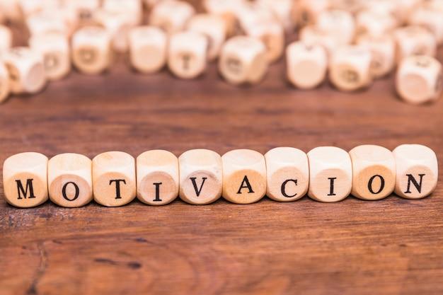Mot de motivation écrit cube en bois Photo gratuit