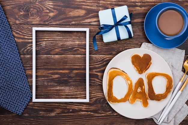 Mot De Papa écrit En Petits Pains Et Planche De Bois Photo gratuit