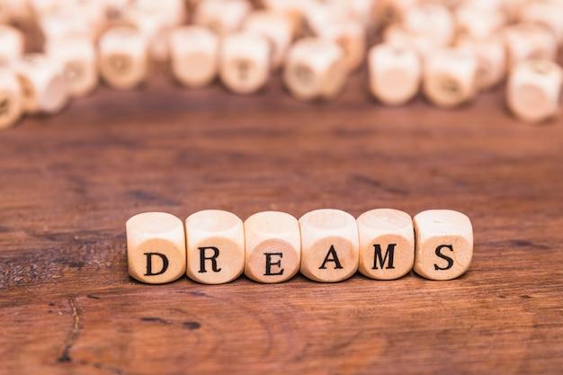 Mot de rêve sur des cubes en bois Photo gratuit
