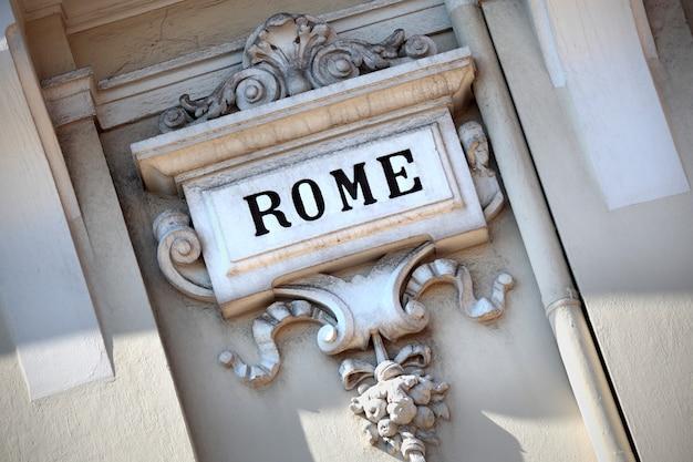 Le Mot Rome Gravé Dans Un Vieux Mur Sculpté. Photo gratuit