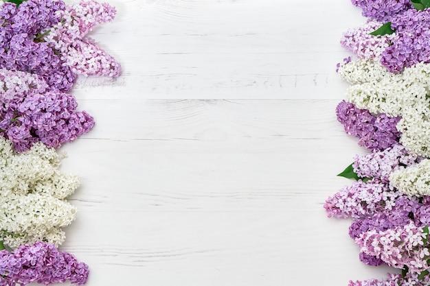 Motif floral de branches lilas, fond de fleurs. lay plat, vue de dessus. Photo Premium
