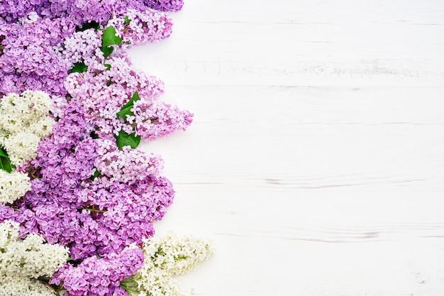 Motif floral de branches de lilas roses, fond de fleurs. lay plat, vue de dessus. Photo Premium