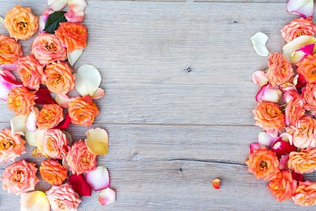 Motif floral, cadre composé de roses sur fond en bois. plat poser, vue de dessus. saint valentin b Photo Premium