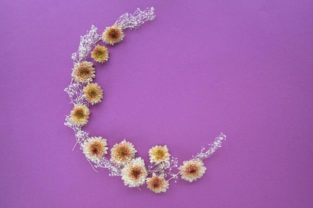 Motif en forme de croissant de fleurs de mamans Photo Premium