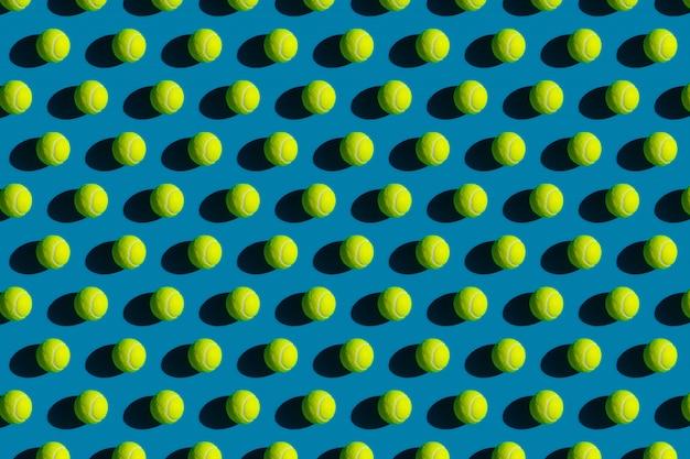Motif Géométrique De Balles De Tennis Avec De Fortes Ombres Sur Un Bleu Photo Premium