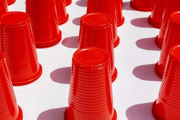 Motif de gobelets en plastique rouge Photo Premium