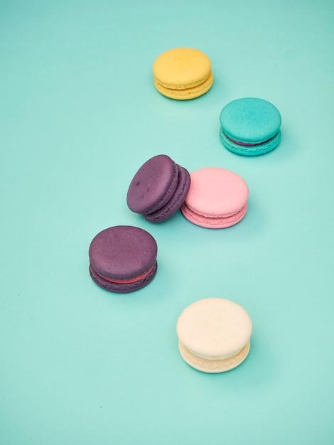 Motif macarons sur fond bleu pastel Photo Premium