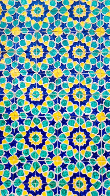 Motif ouzbek traditionnel coloré sur le carreau de céramique sur le mur de la mosquée, fond Photo Premium