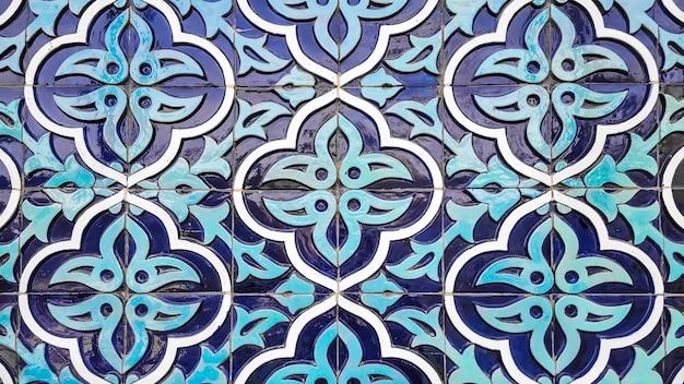 Motif traditionnel ouzbek sur le carreau de céramique sur le mur de la mosquée Photo Premium
