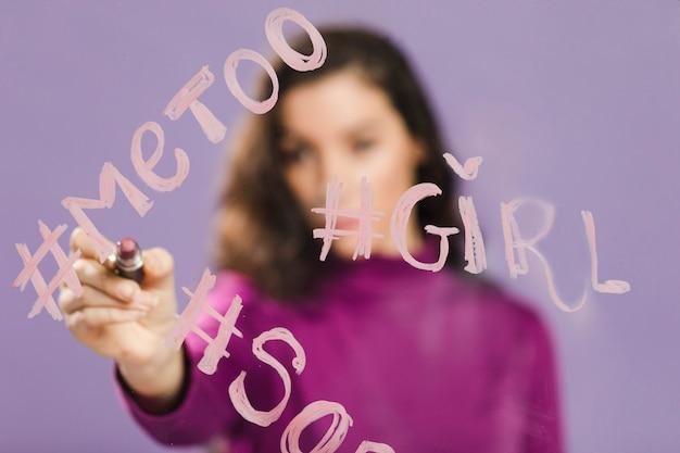 Mots Hashtags écrits Sur Un Verre Transparent Photo gratuit
