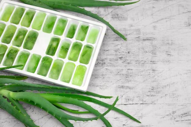 Moule à glace avec jus d'aloès congelé, cosmétiques naturels, concept de bricolage Photo Premium