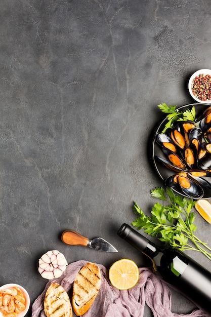 Moules cuites à plat et vin avec fond Photo gratuit