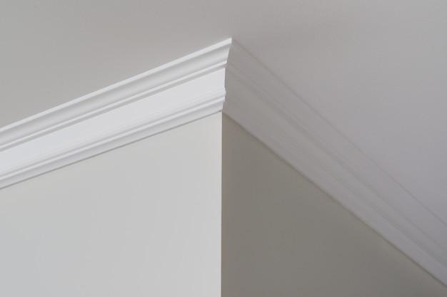 Moulures de plafond à l'intérieur, un détail de coin Photo Premium