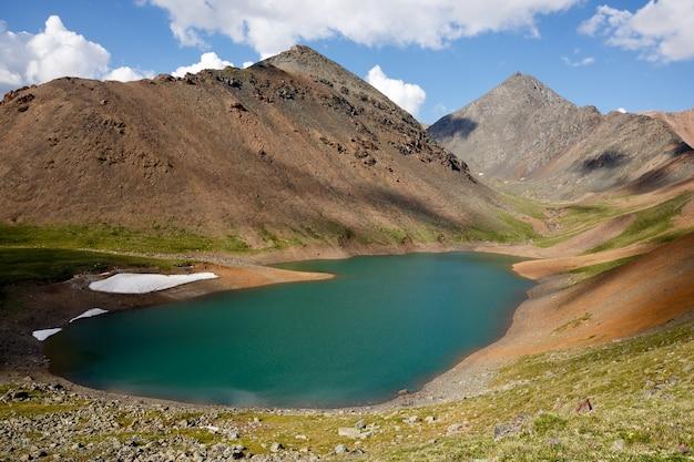 Mountain Spirit Lake Aux Eaux Turquoises Au Milieu De Hautes Falaises Photo Premium