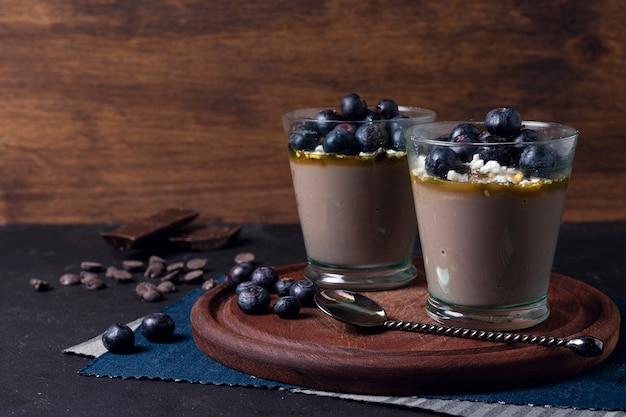 Mousse Aux Bleuets Et Pépites De Chocolat Photo Premium