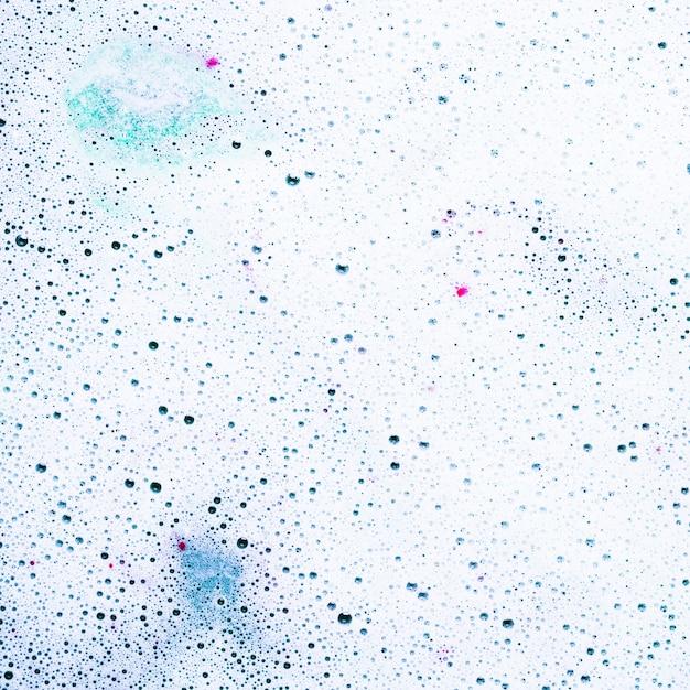 Mousse et bulles à la surface de la bombe de bain dans l'eau Photo gratuit