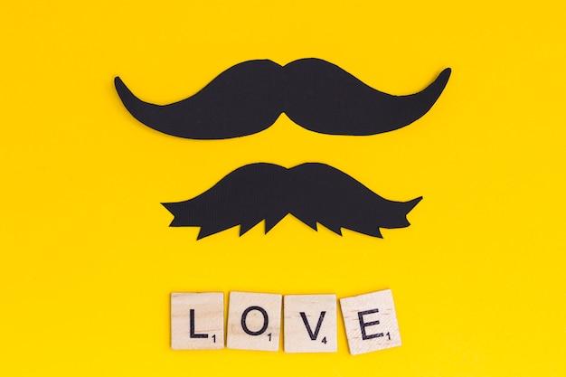 Moustache avec texte d'amour sur fond clair Photo gratuit