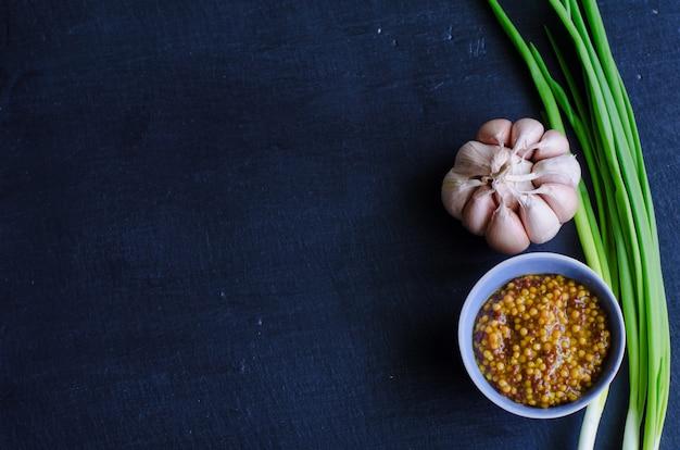 Moutarde de dijon dans un petit plat à sauce à l'oignon vert Photo Premium