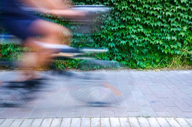 Le mouvement a brouillé les cyclistes pour leur montrer leur vitesse, circuler sur une piste cyclable et rendre les transports et les déplacements urbains plus durables. Photo Premium