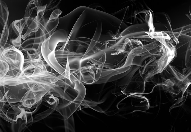Mouvement de fumée blanche abstraite sur fond noir Photo Premium