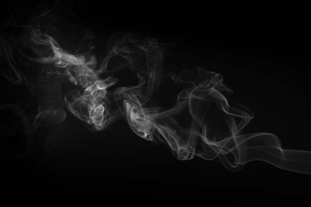 Mouvement de fumée blanche sur fond noir Photo Premium