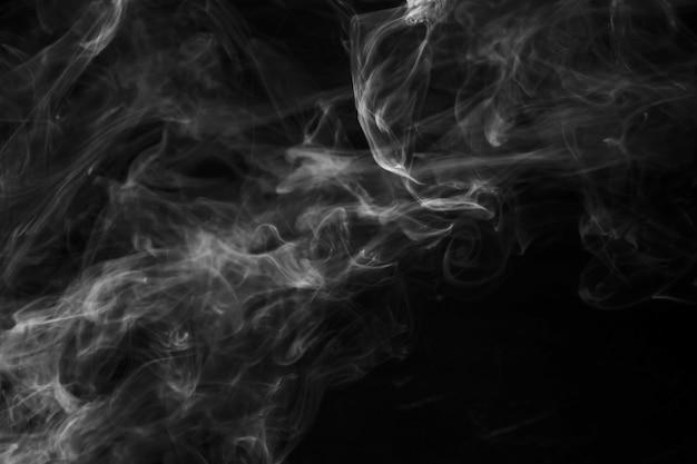 Mouvement de recouvrement de fumée sur fond noir Photo gratuit