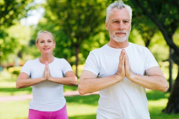 Moyen Tir Personnes âgées Méditant Photo gratuit