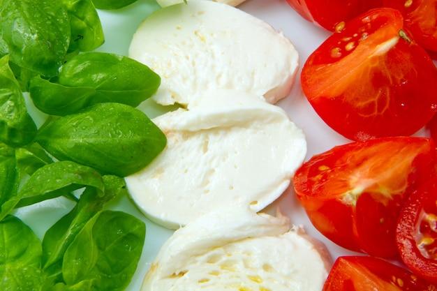 Mozzarella aux tomates et basilic Photo Premium