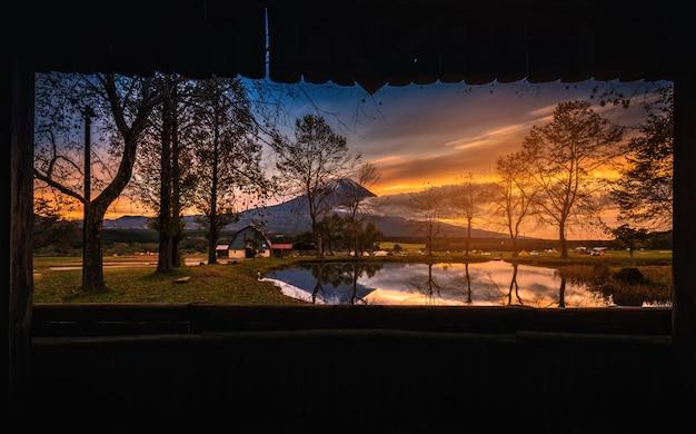 Mt. fuji avec grands arbres et lac au lever du soleil à fujinomiya, japon Photo Premium