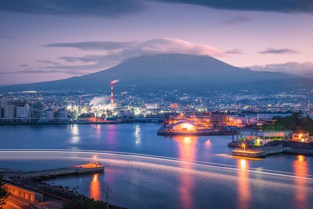 Mt. fuji avec zone industrielle japonaise au coucher du soleil, préfecture de shizuoka, japon. Photo Premium