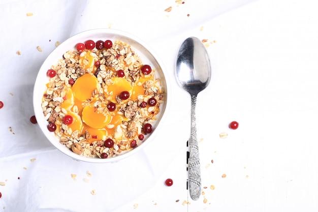 Muesli aux baies fraîches. petit-déjeuner sain Photo Premium
