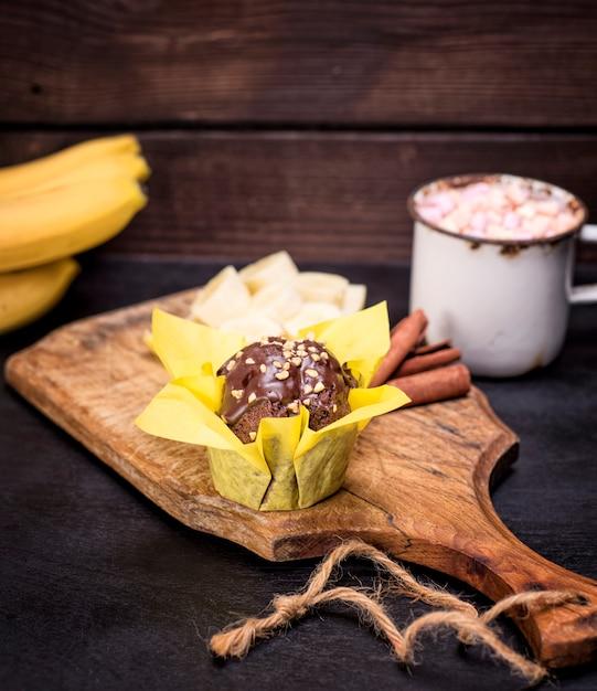 Muffin à la banane enveloppé dans du papier jaune Photo Premium