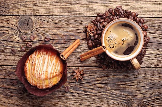 Muffin Savoureux Et Tasse à Café Sur Table En Bois Vintage Photo Premium