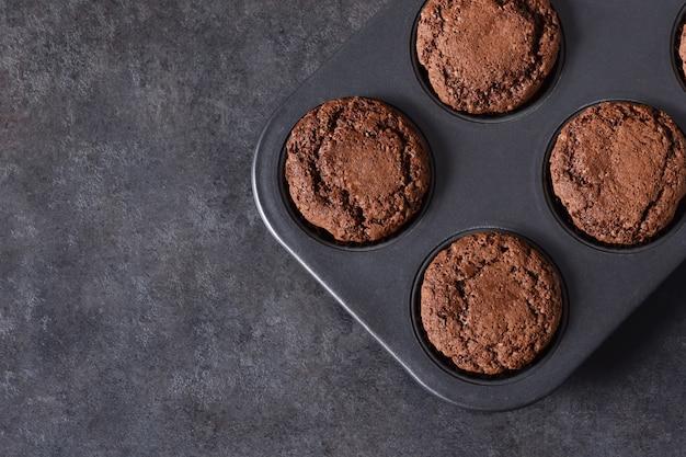 Muffins Au Chocolat, Brownies Aux Noix Et Chocolat Sur Fond Noir Photo Premium