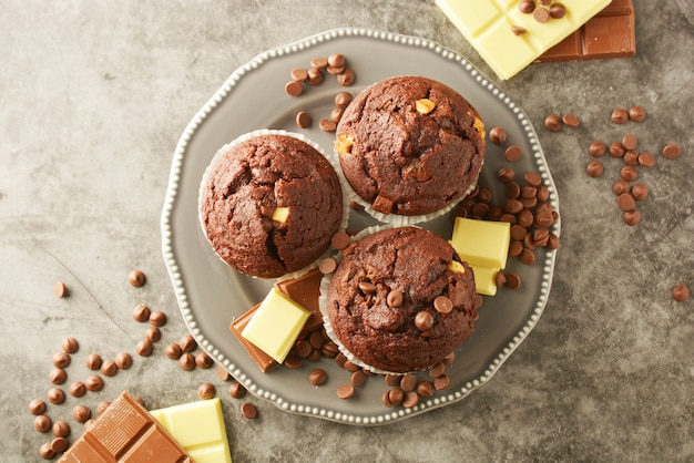 Muffins au chocolat avec pépites de chocolat isolés. Photo Premium