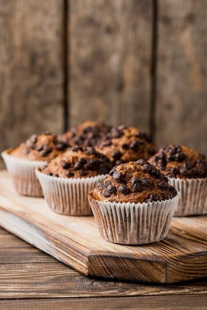 Muffins Au Chocolat Sur Planche De Bois Photo gratuit