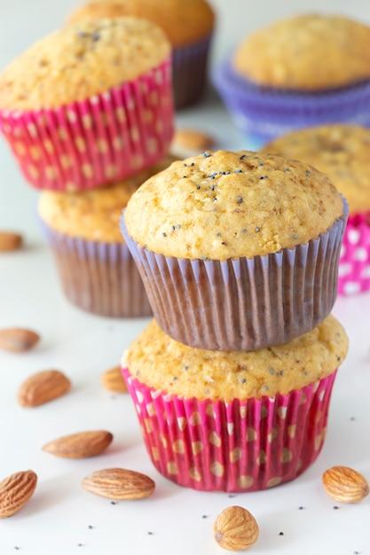 Muffins au citron faits maison avec des bonbons au chocolat colorés dans une caisse en papier et une tasse de thé Photo Premium