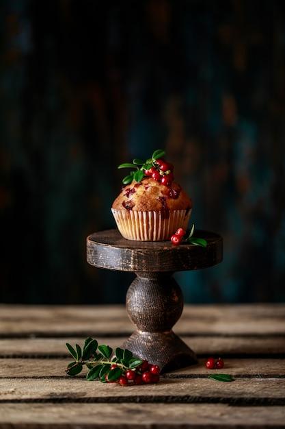 Muffins Aux Canneberges Et Baies Fraîches Sur Fond Rustique Photo Premium