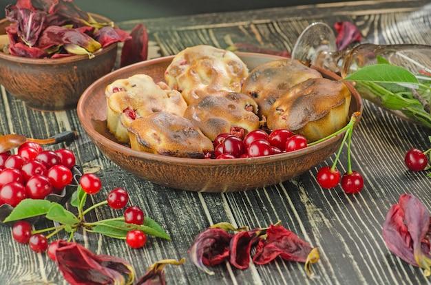 Muffins aux cerises fraîchement cuits Photo Premium