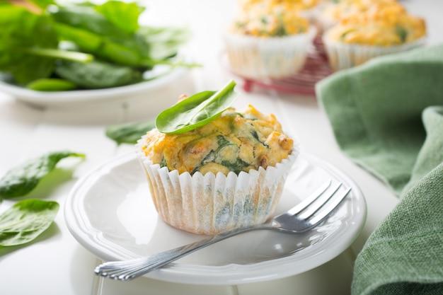 Muffins aux épinards, patates douces et fromage Photo Premium
