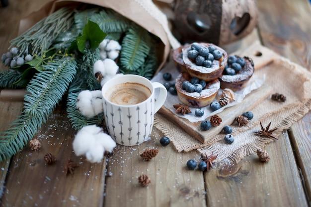 Muffins aux myrtilles sur un bois, bouquet de branches Photo Premium