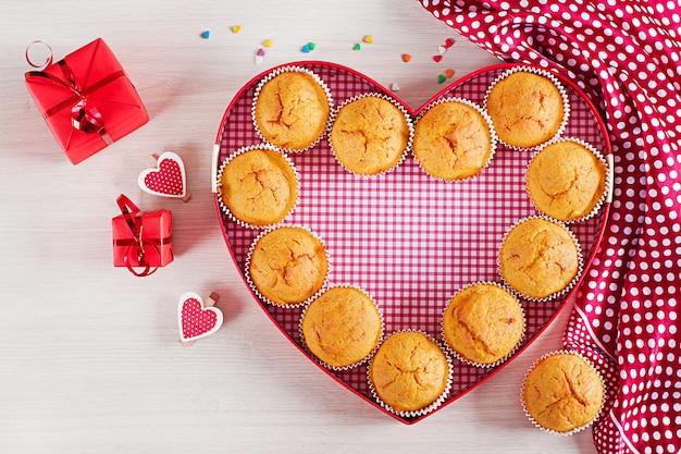 Muffins à La Citrouille. Cupcakes Avec Décoration Saint Valentin. Mise à Plat. Vue De Dessus. Photo Premium
