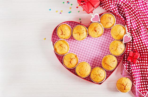 Muffins à la citrouille. petits gâteaux à la saint-valentin. lay plat. vue de dessus. Photo Premium